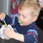 Приучить малыша чистить зубы